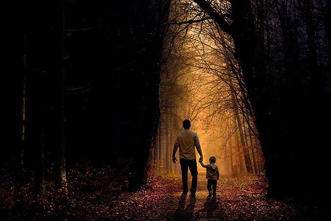 Padre e hijo paseando por el bosque