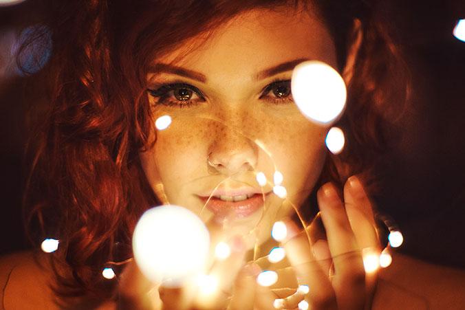 Chica pelirroja con brillos y luces