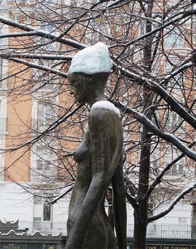 Montaje nieve en la cabeza de la estatua