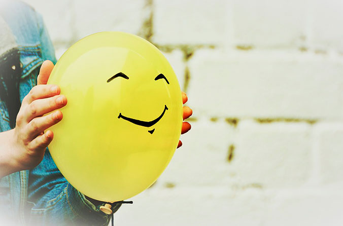 Nunca es tarde para que te amen - Globo amarillo con sonrisa dibujada