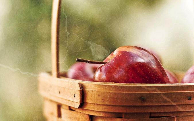 Golpe cesto manzanas