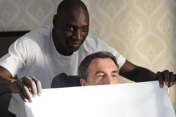 Driss afeitando a Philippe en película Intocable