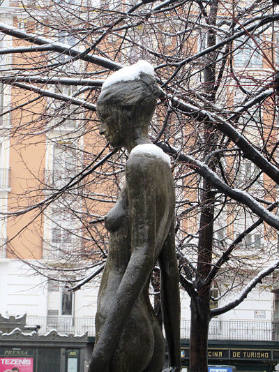 Estatua con nieve en Plaza España, Zaragoza - febrero 2018