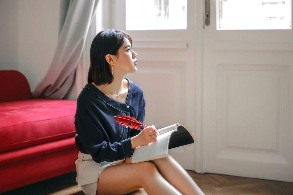 Mujer escribiendo en tiempos de coronavirus
