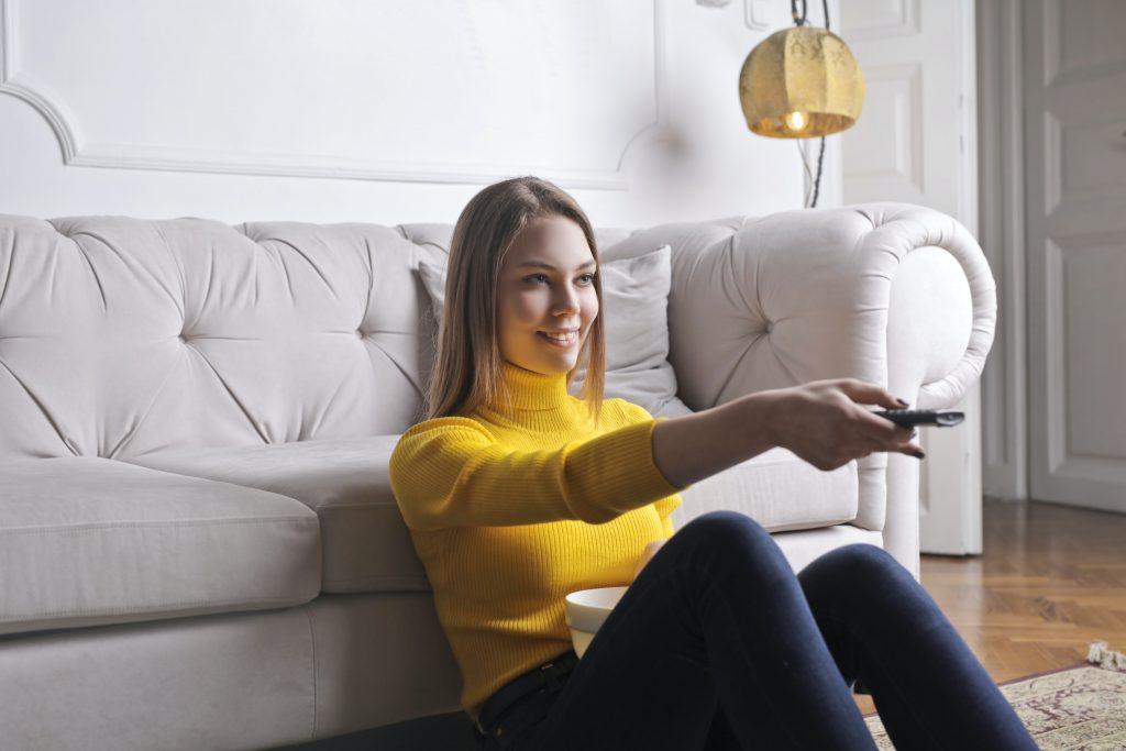 Mujer viendo la tele en tiempos de coronavirus