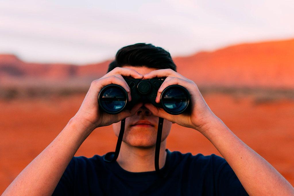 Futuro desalentador mirada binocular